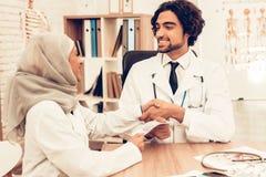 Arabische Doktoren Counting Money nach der Arbeit, Zahltag lizenzfreie stockfotografie