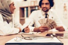 Arabische Doktoren Counting Money nach der Arbeit, Zahltag lizenzfreie stockfotos