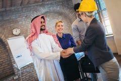 Arabische en westelijke bedrijfsmensen die over investeringen spreken royalty-vrije stock afbeeldingen