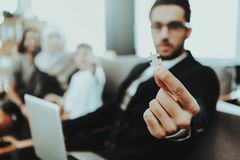 Arabische Familie an der Aufnahme im Psychotherapeut-Büro lizenzfreies stockbild