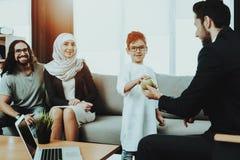 Arabische Familie an der Aufnahme im Psychotherapeut-Büro lizenzfreie stockfotos