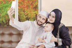 Arabische Familie, die selfie Foto mit Herbst macht Lizenzfreie Stockbilder