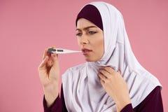 Arabische Frau in der hijab Maßtemperatur stockfotos