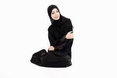 Arabische Frau, die auf dem Boden sitzt lizenzfreie stockfotografie
