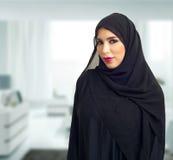 Arabische Frau, die in einem Geschäftszentrum aufwirft Stockbild