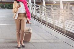 Arabische Frau, die einen Koffer tragend geht Lizenzfreies Stockfoto