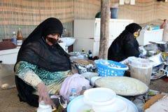 Arabische Frau mit Gesichtsmaske Stockbild