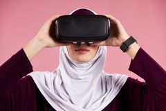 Arabische Frau setzt an Gläser der virtuellen Realität lizenzfreie stockbilder