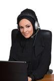 Arabische Frau, traditionelles angekleidet, arbeitend als technische Unterstützung lizenzfreie stockbilder
