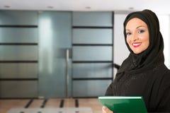 Arabische Frau, traditionelles angekleidet, vor dem Büro stockfotos