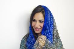 Arabische Frau tragendes abaya lokalisiert Stockbilder
