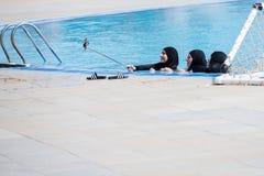 Arabische Frauen mit glücklichen Gesichtern im schwarzen burkini, das selfie macht lizenzfreie stockfotos