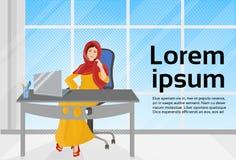 Arabische Geschäftsfrau, die an der Laptop-Computer Sit At Office Desk arbeitet Stockfoto