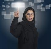 Arabische Geschäftsfrau, die ein mit Berührungseingabe Bildschirm bedrängt Lizenzfreie Stockfotos