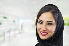 Arabische Geschäftsfrau, die Hijab trägt stockbilder