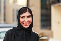 Arabische Geschäftsfrau Emarati außerhalb des Büros Stockbilder