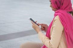 Arabische Geschäftsfraumitteilung an einem Handy Lizenzfreies Stockbild