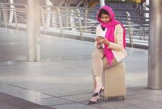 Arabische Geschäftsfraumitteilung an einem Handy Lizenzfreie Stockbilder