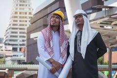 Arabische Geschäftsmannarbeitskraft auf Baustelle Stockfotos