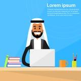 Arabische Geschäftsmann-Sitting Office Desk-Funktion Stockbilder