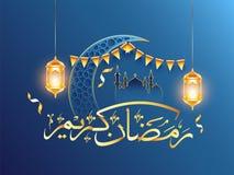 Arabische gouden kalligrafie van Ramadan Kareem met ornament toenemende maan, moskee en hangende verlichte lantaarns op blauw vector illustratie
