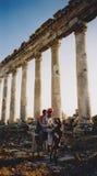 Arabische Jungen auf römischen Ruinen des Esels Stockfotos