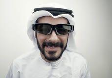 Arabische kerel die 3d glazen dragen, Stock Foto's