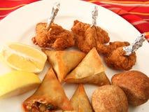 Arabische kubbe samosas und Hühnerflügel lizenzfreie stockfotos