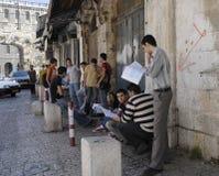 Arabische Kursteilnehmer, die für Prüfungen studieren stockfotografie