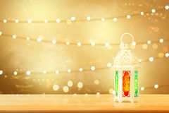 Arabische lamp met mooi licht op houten lijst stock afbeeldingen