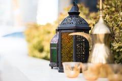 Arabische Lampe und Dallah mit Kaffeetassen Lizenzfreie Stockfotografie