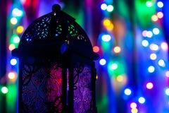 Arabische Laterne auf buntem hellem Hintergrund Lizenzfreies Stockbild