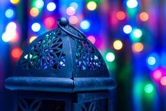Arabische Laterne auf buntem hellem Hintergrund Lizenzfreie Stockfotos