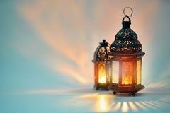 Arabische Laterne mit brennender Kerze lizenzfreies stockfoto