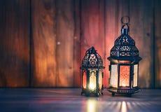 Arabische Laterne mit brennender Kerze stockfotografie