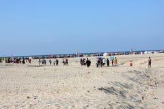 Arabische Leute, die gehen auf den Strand zu setzen Lizenzfreie Stockfotos