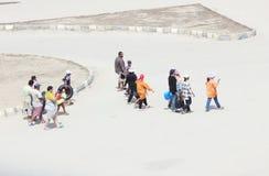 Arabische Leute, die gehen auf den Strand zu setzen Lizenzfreie Stockbilder