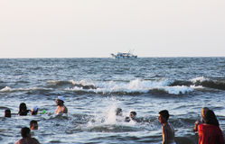 Arabische Leute im Meer mit Fischerboot Lizenzfreie Stockbilder
