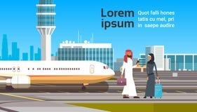 Arabische Man en Vrouw over de Moderne Reis Luchthaven Achtergrond Arabische van het Bedrijfsmensenpaar Royalty-vrije Stock Foto