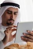 Arabische Mannelijke Gebruikende Tablet tijdens Ontbijt Royalty-vrije Stock Foto