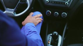 Arabische mens in blauwe kostuumzitting in de auto op de bestuurderszetel stock video