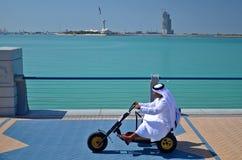 Arabische mens die een driewieler drijven Royalty-vrije Stock Afbeeldingen