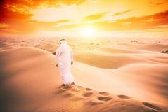 Arabische mens die met de traditionele kleren van emiraten in dese lopen stock fotografie