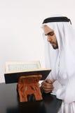 Arabische Mens die Quran leest stock foto's