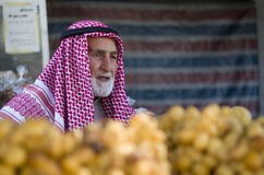 Arabische mens die verse vruchten in Amman markt verkopen Stock Fotografie