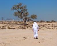 Arabische mens in woestijn stock fotografie
