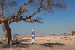 Arabische mens in woestijn stock foto's