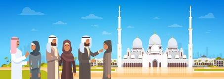 Arabische Mensen die aan Moskee komen die Moslimgodsdienst Ramadan Kareem Holy Month bouwen Stock Foto