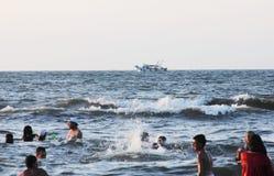 Arabische mensen in overzees met vissersboot Royalty-vrije Stock Afbeeldingen