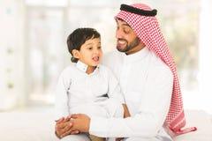 Arabische mensen sprekende zoon stock fotografie